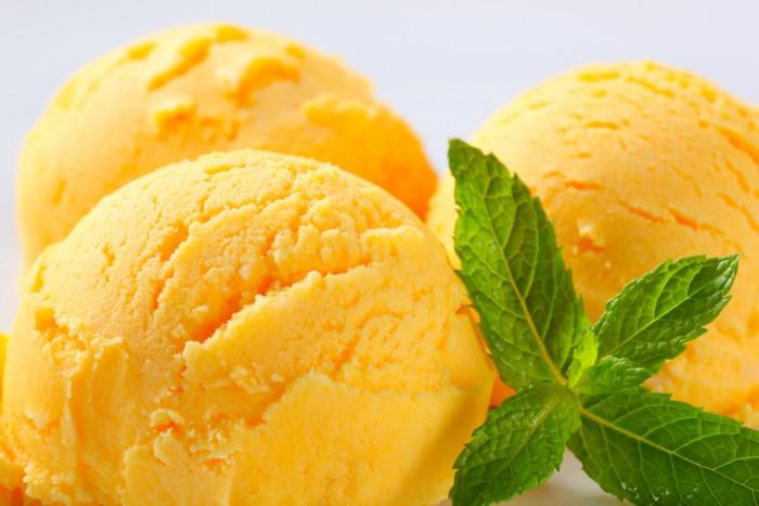 Isig apelsin- & mango-glass