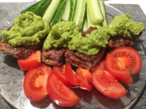 Recept: stenålderskost-middag med flankstek, avokado, tomat, gurka