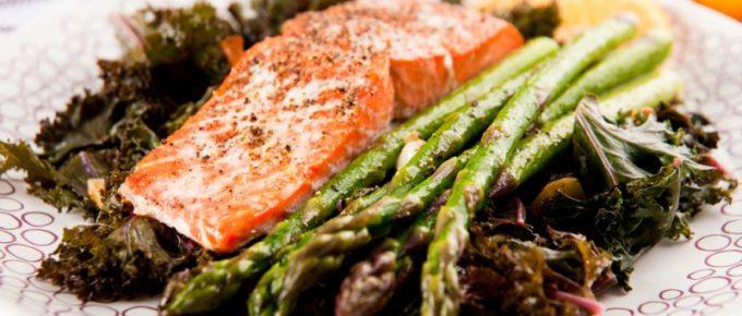 Recept: ångkokt lax på grönkålsbädd med sparris – middag till diet