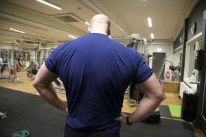 På bilden: Mathias Zachau tränar rygg. Foto: Jonas Gren
